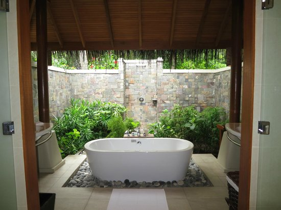 Baros Maldives: Beautiful outside bathroom of Deluxe Villa 119