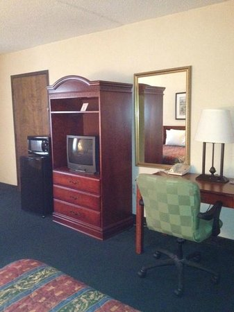 Hotel Aiken: All Courtyard rooms equipped with microwave & mini-fridge.
