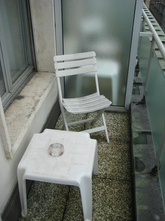 Suisse Hotel: small balcony on single room faced alley