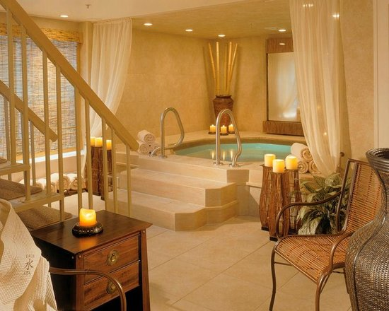 Crowne Pointe Historic Inn &amp; Spa: Mineral soaking tub in Shui Spa