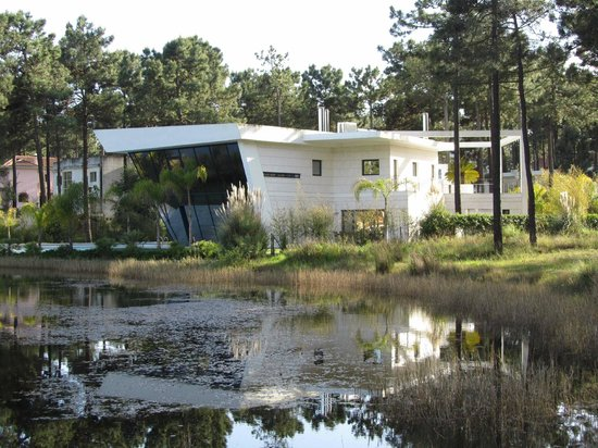 Charneca da Caparica, Portugal: One of the most amazing lakeside houses