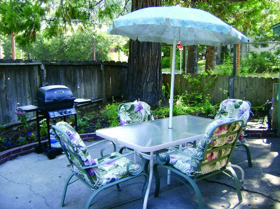 Dunsmuir, CA: Cedar Lodge Family Suite Patio