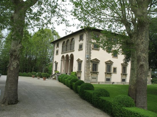 Montopoli in Val d'Arno, Italie : Approaching the Villa