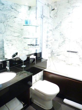 The Kensington Hotel: Bathroom