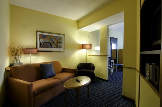 Fairfield Inn &amp; Suites Saratoga - Malta: Sitting Area of King Studio Suite