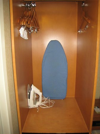 Comfort Inn Lower East Side: Size of the closet - not enough for clothes and suitcase