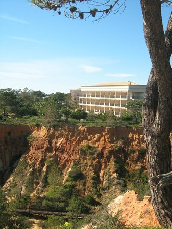 Riu Palace Algarve: Hotel on cliff top overlooking beach