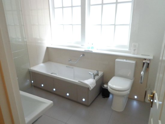 Three Abbey Green: modern bathroom