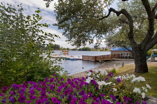 The Inn on Long Lake: Our gorgeous flowerbeds!