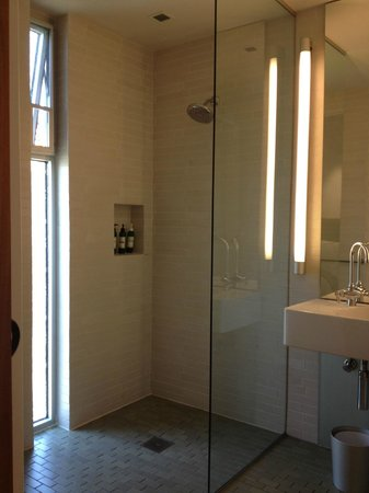 Healdsburg, Californi: bright and functional bathroom