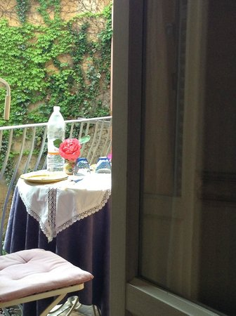 Antica Residenza d'Azeglio: The Balcony Table