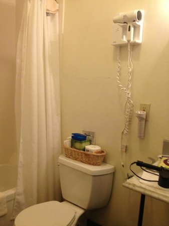 Augustus T. Zevely Inn: Small bathroom has dryer and flashlight