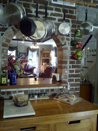 Armstrong Inns Bed and Breakfast: Chatham Kitchen and Dining