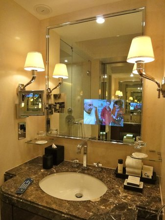 Four Seasons Hotel London at Park Lane: Why yes, that is a TV IN THE MIRROR