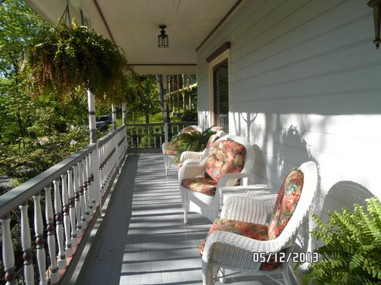 Arsenic and Old Lace Bed and Breakfast Inn: LOVE the front porch!
