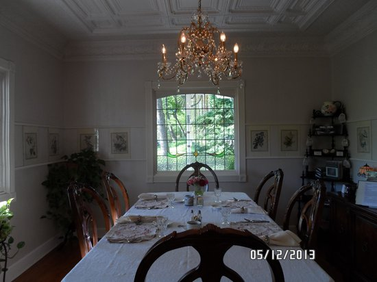 Arsenic and Old Lace Bed and Breakfast Inn: Beautiful Breakfast table