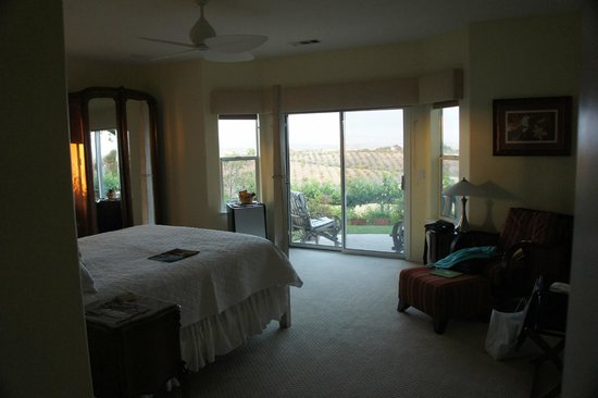 Seven Quails Vineyards Bed &amp; Breakfast: Back room and view