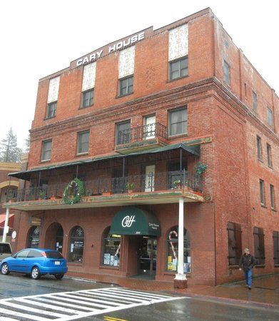 Historic Cary House Hotel: On the main street