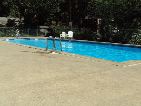 East Stroudsburg, Pensilvanya: pool in summer
