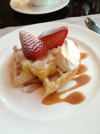The Fullerton Bay Hotel: Waffles for breakfast! Yummm...