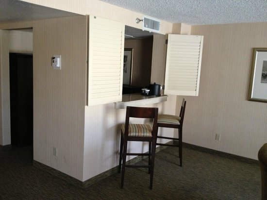 Embassy Suites San Luis Obispo: Little odd wet bar
