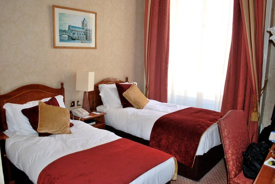 Buswells Hotel : Comfortable twin beds. 