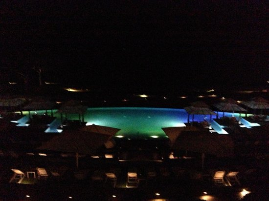 Wailea Beach Marriott Resort & Spa: Oceanfront view of beautiful serenity pool that changes colors at night