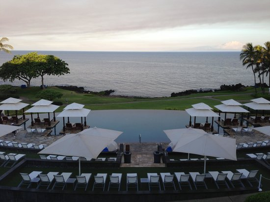 Wailea Beach Marriott Resort & Spa: Oceanfront sunrise with serenity pool in front (room 4610)
