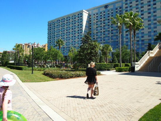 Waldorf Astoria Orlando: Going to the Hilton pool