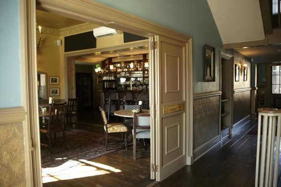 Wilton, UK: The bar & lobby