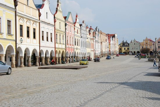 Telc, Tschechien: old town square, hotel is at far end