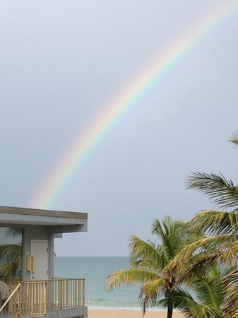 Captain&#39;s Quarters Resort: Rainbow over the ocean