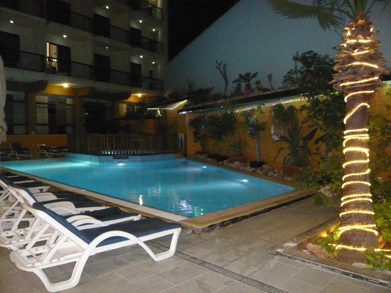 Bella Vista Hotel: Pool is VERY small