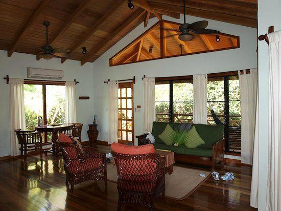 Hamanasi Adventure and Dive Resort: living room