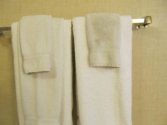 โรงแรมโยสมิตวิวลอดจ์: These were our clean towels that housekeeping provided on our 2nd day.