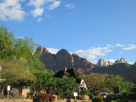 Red Rock Inn Bed and Breakfast Cottages: View from the parking area