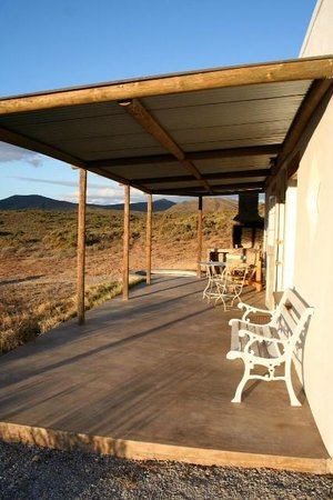 McGregor, Sudáfrica: The patio of Hill Cottage. Note splash pool on far end!