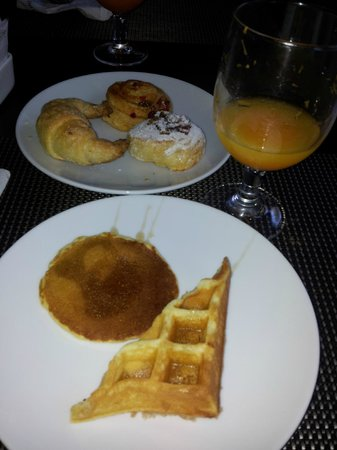 Harmoni One Convention Hotel and Service Apartments: Yummy breakfast of waffle, pancake & Danish pastries