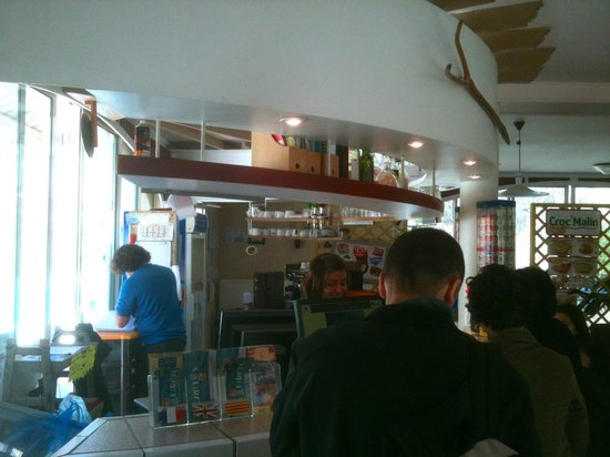 Prades, Francia: The small cafe at the baths