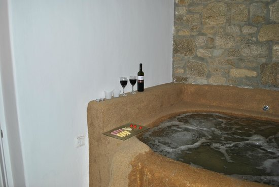 "Agios Stefanos, Grækenland: ""Hot Tub"" in room was too cold to use quite disappointing for the price we paid for the room"