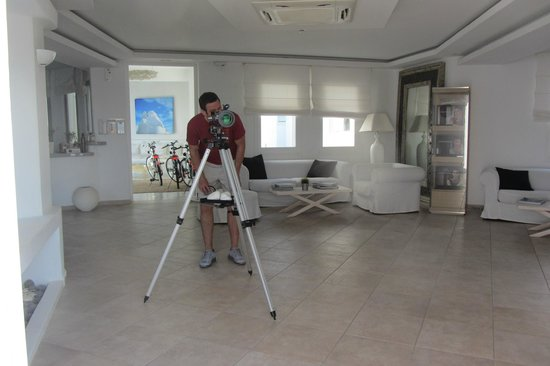 Agios Stefanos, Greece: Awesome telescope in lobby area