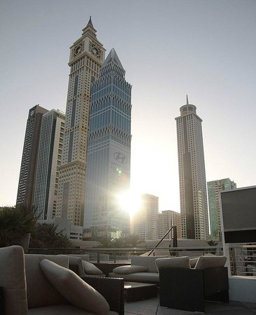 Jumeirah Emirates Towers Hotel: Lounge near pool bar