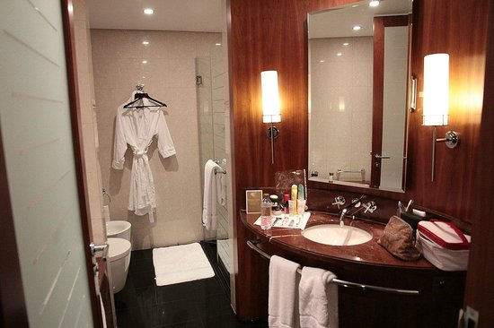Jumeirah Emirates Towers Hotel: Bathroom