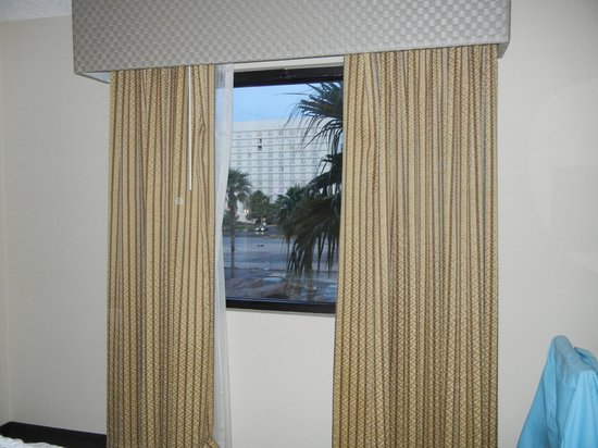 Embassy Suites Las Vegas: UGLY drapes