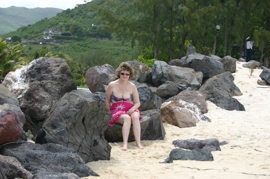 Dinarobin Hotel Golf & Spa: Gill chilling on the rocks