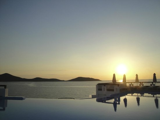 Aquila Elounda Village Hotel: pool at sunrise