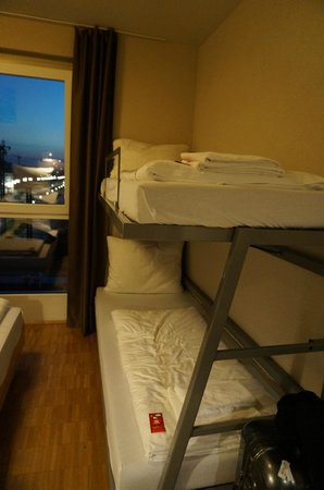 Meininger Hotel Frankfurt/Main Messe : small beds...the double bed is placed very near to the double decker (bottom-left corner).