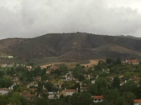 Agoura Hills, Kaliforniya: View from our room (one of those rare rainy days)