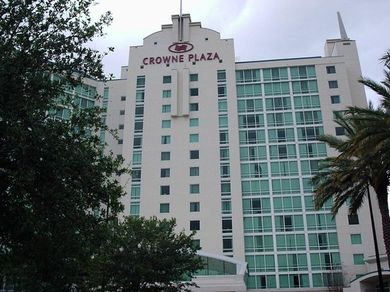 Crowne Plaza Orlando Universal: Facing hotel from Universal BLVD