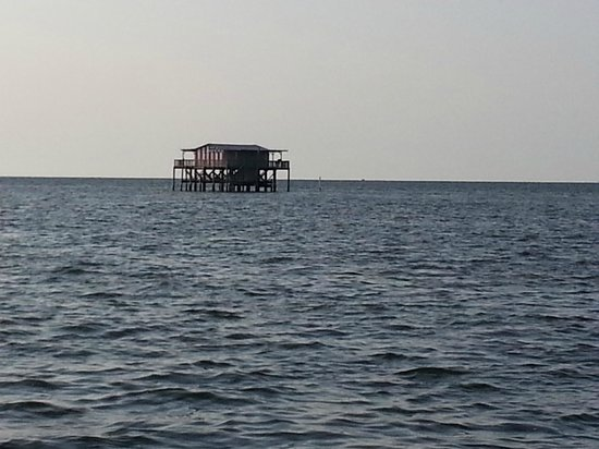 Port Richey, Флорида: One of the historic stilt homes in the Gulf Ocean
